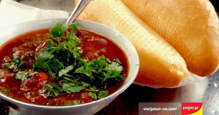 Bánh mì sốt vang là món ngon của Hà Nội