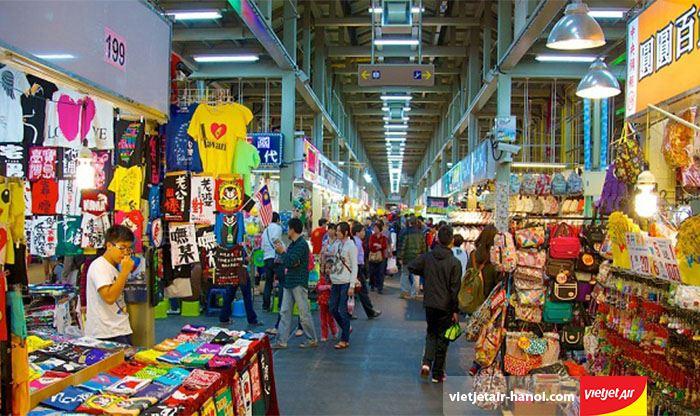 Mua đồ tại chợ đêm Sĩ Lâm