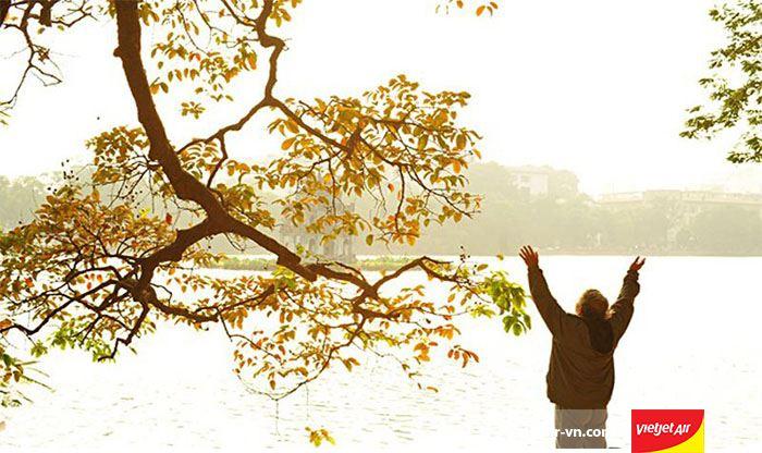 Tản bộ tại hồ Gươm yên bình