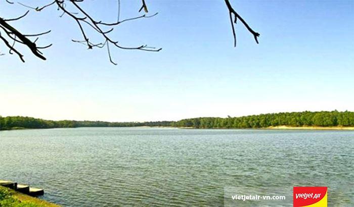 Hồ Bầu Tró trong xanh đến yên bình
