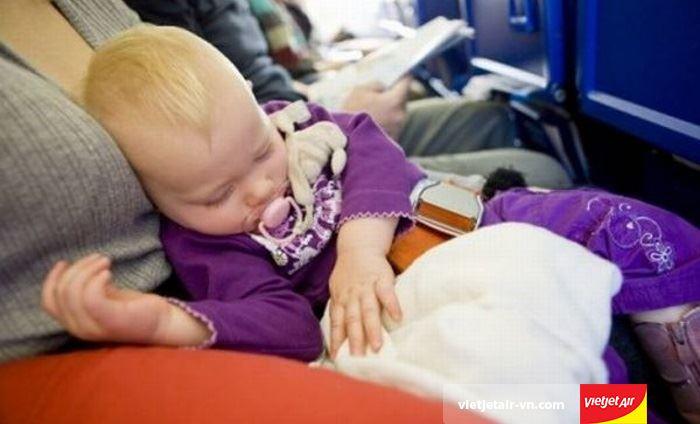 Cần có giấy chứng sinh khi làm thủ tục bay cho trẻ