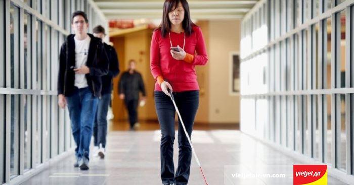 Hành khách khiếm thị sẽ được hỗ trợ khi di chuyển tại sân bay và trong khoang máy bay