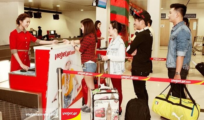 Hành khách xếp hàng làm thủ tục tại sân bay